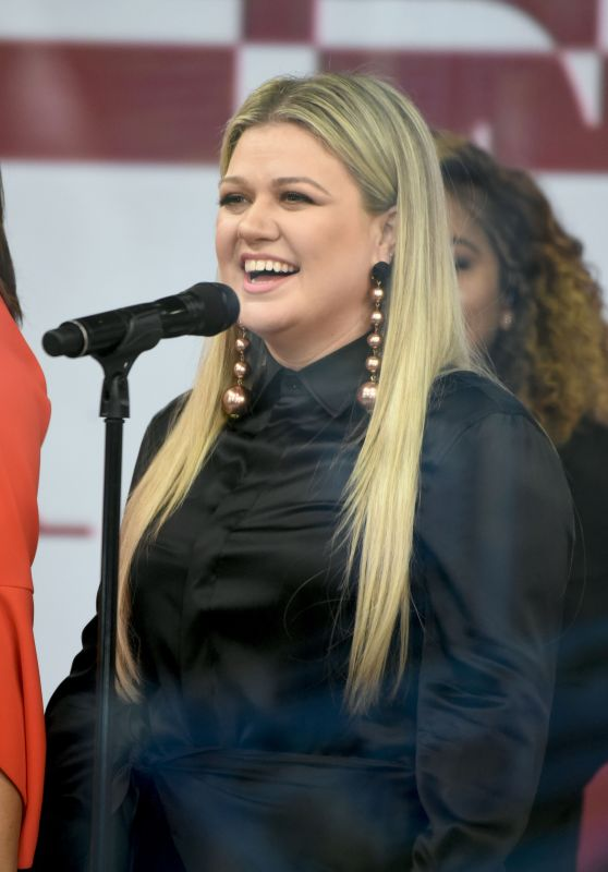 Kelly Clarkson on the Today Show in NYC 02/26/2018