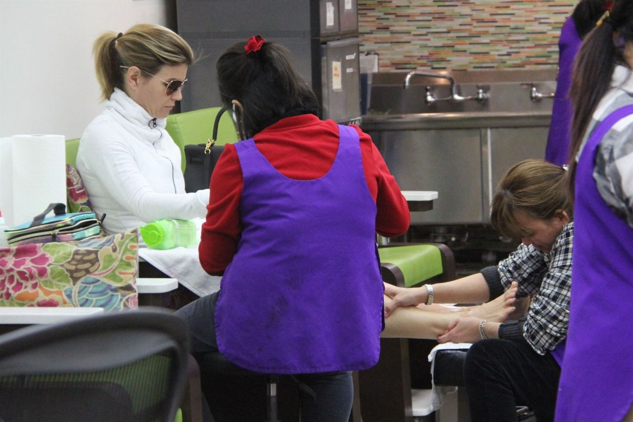 Lori Loughlin - Stops by a Nail Salon in Beverly Hills