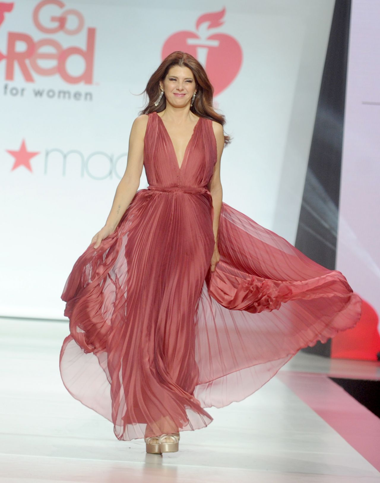 Marisa Tomei Walks Runway for Red Dress 2018 Collection ...