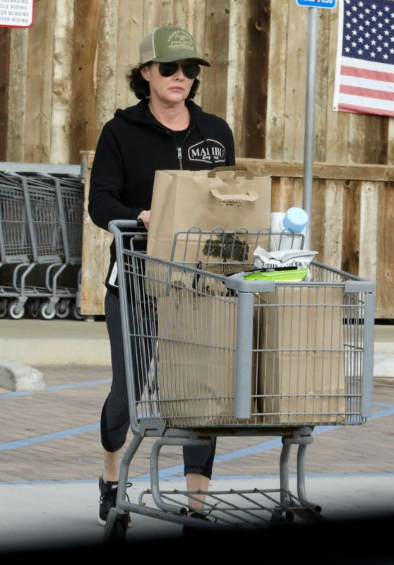Shannen Doherty in Leggings - Shopping at the Trancas Country Market in Malibu
