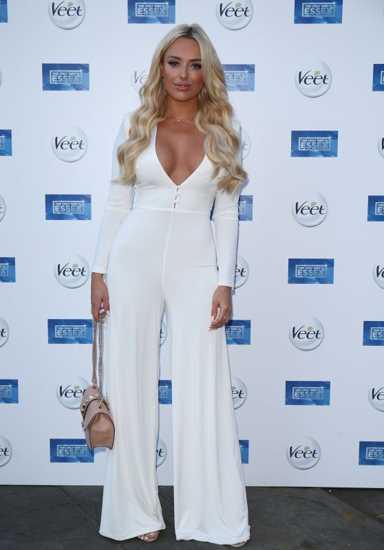 """Amber Turner – """"The Only Way Is Essex"""" TV Show Premiere in Chigwell"""