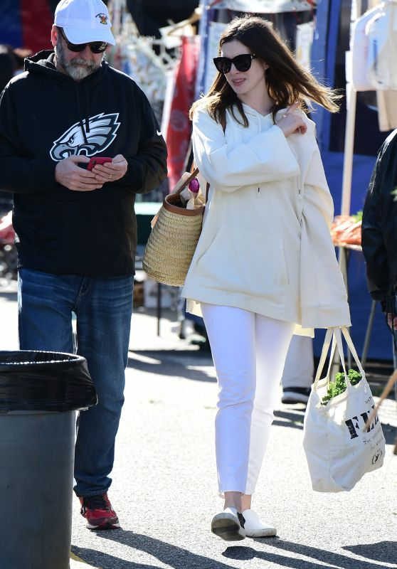 Anne Hathaway - Shopping at Farmers Market in Studio City 03/25/2018