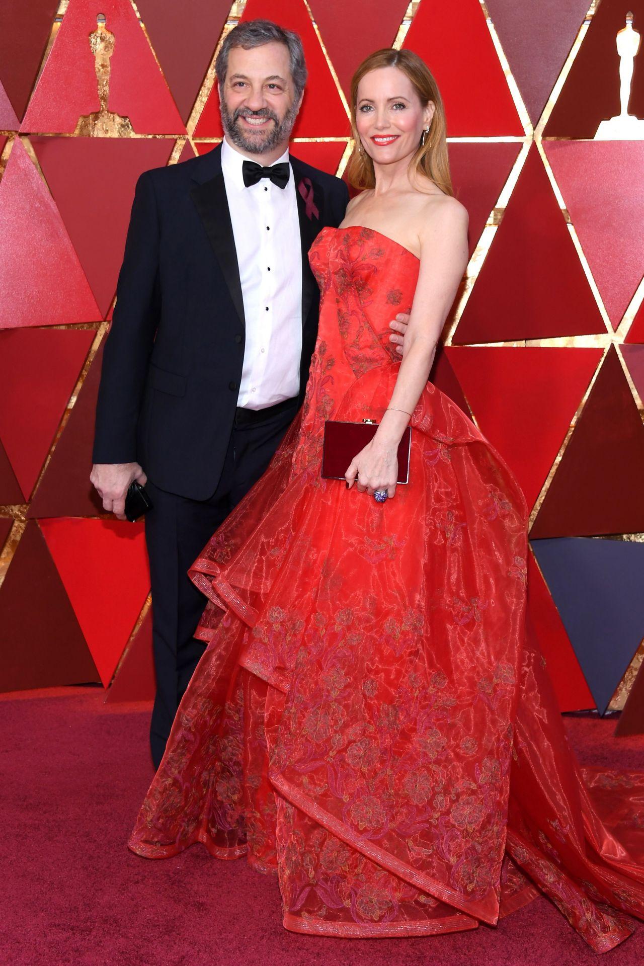 http://celebmafia.com/wp-content/uploads/2018/03/leslie-mann-oscars-2018-red-carpet-1.jpg