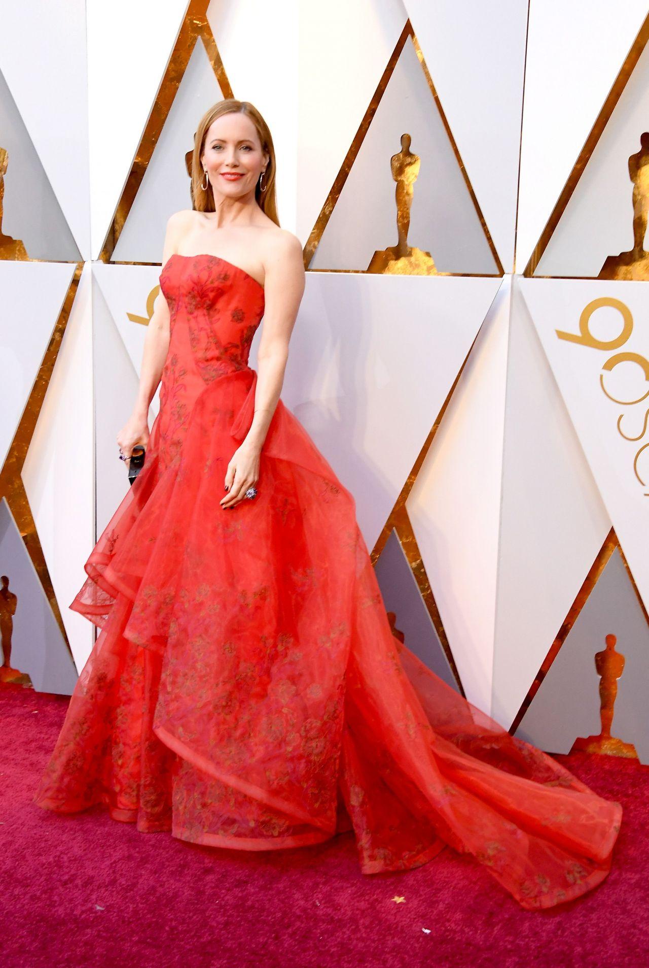 http://celebmafia.com/wp-content/uploads/2018/03/leslie-mann-oscars-2018-red-carpet-12.jpg