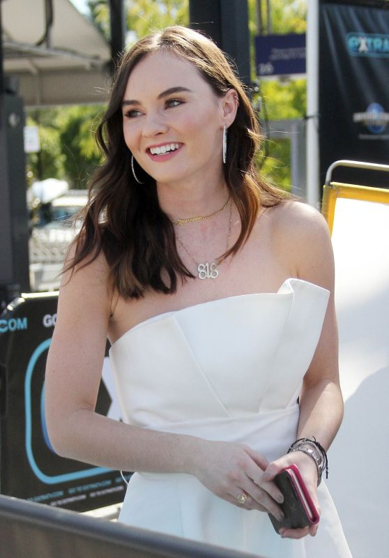 Madeline Carroll - Appeared on Extra at Universal Studios 03/06/2018