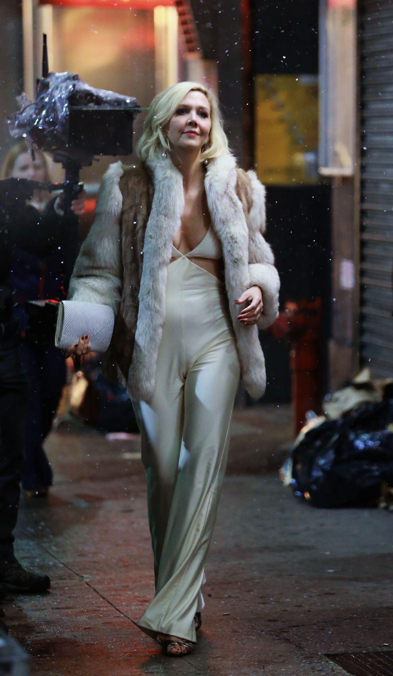 """Maggie Gyllenhaal - """"The Deuce"""" Season 2 Filming in NY Maggie Gyllenhaal"""