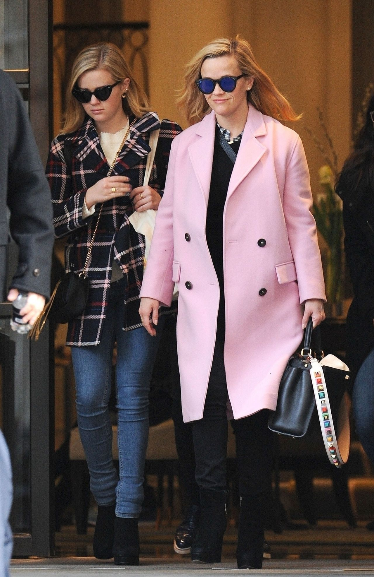 http://celebmafia.com/wp-content/uploads/2018/03/reese-witherspoon-and-ava-phillippe-leaving-the-corinthia-hotel-in-london-03-14-2018-6.jpg