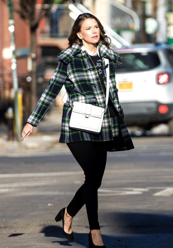 """Sutton Foster - """"Younger"""" Set in New York 03/26/2018"""