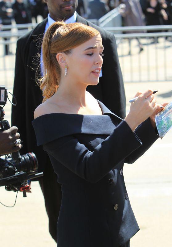 Zoey Deutch - Signs Autographs at 2018 Independent Spirit Awards in Santa Monica