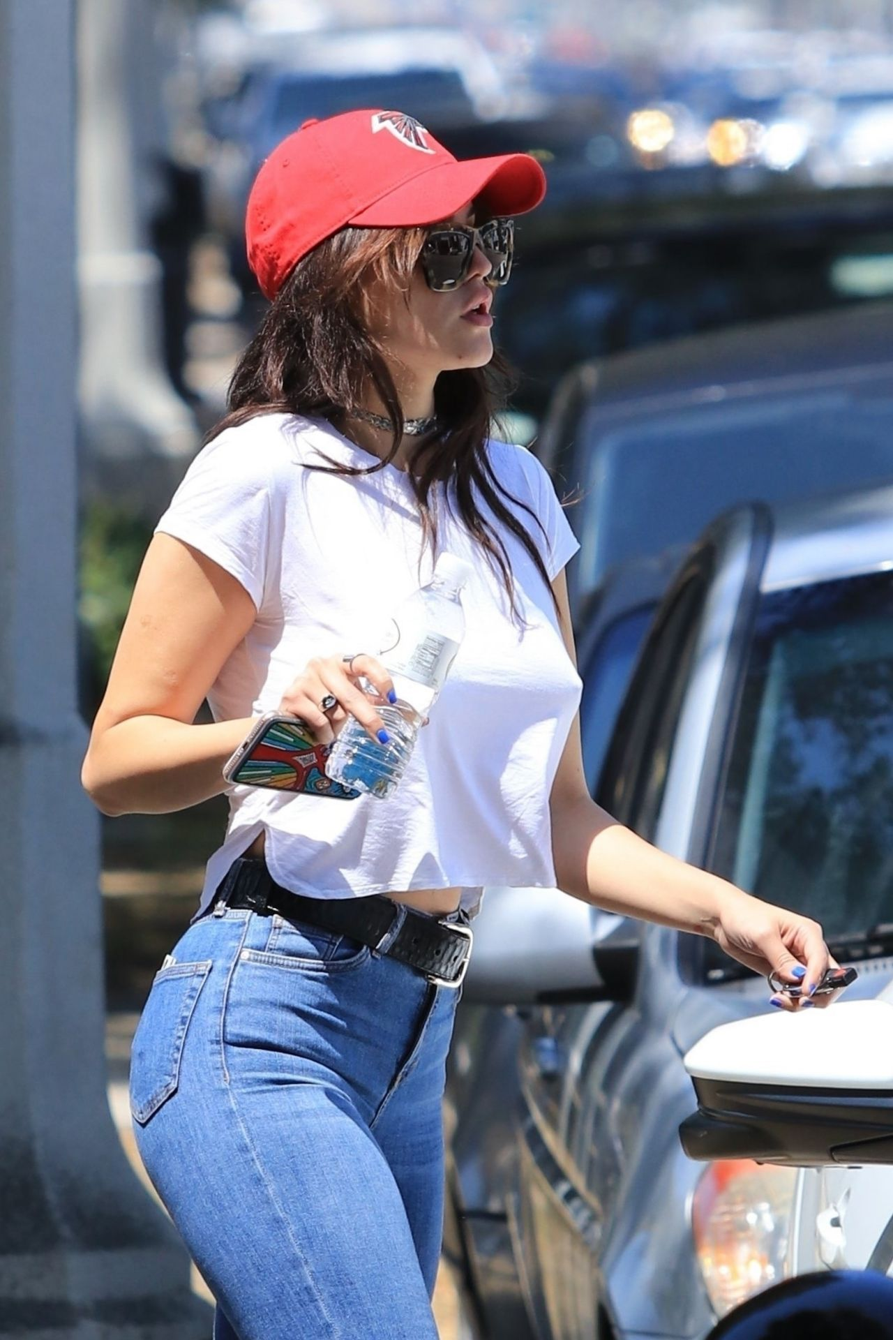 Eiza Gonzalez In Skintight Jeans And Cropped White T Shirt