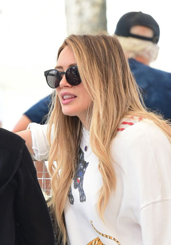 Hilary Duff - Forgets the Makeup and Brings the Glamour to the Farmers Market