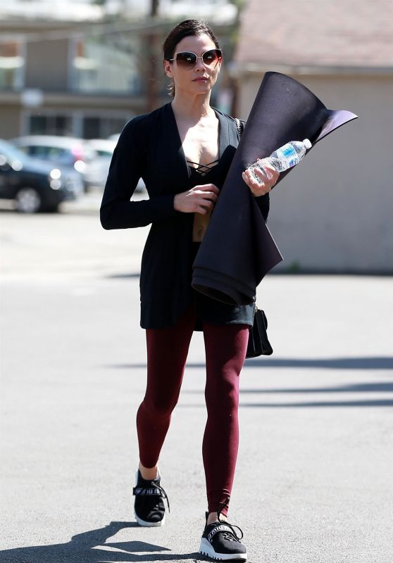 Jenna Dewan - Heads to a Yoga Class in Los Angeles 04/11/2018