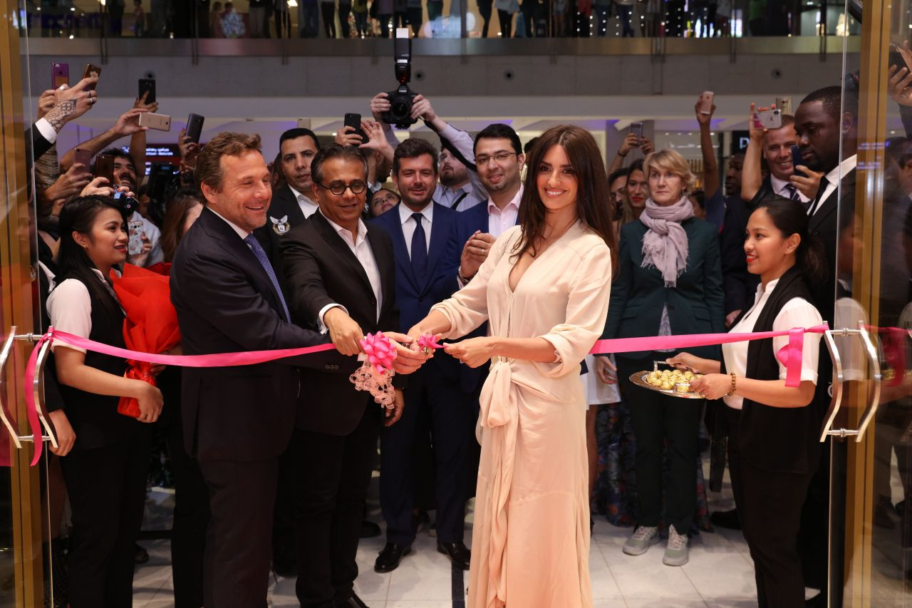 http://celebmafia.com/wp-content/uploads/2018/05/penelope-cruz-carpisa-brand-open-a-new-store-in-dubai-may-2018-8.jpg
