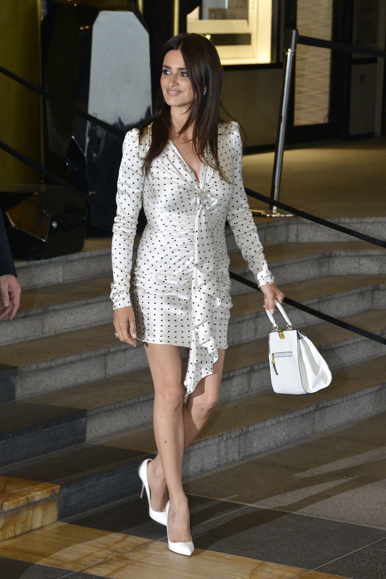 Penelope Cruz Leaves Hotel Marriott In Cannes 05 09 2018