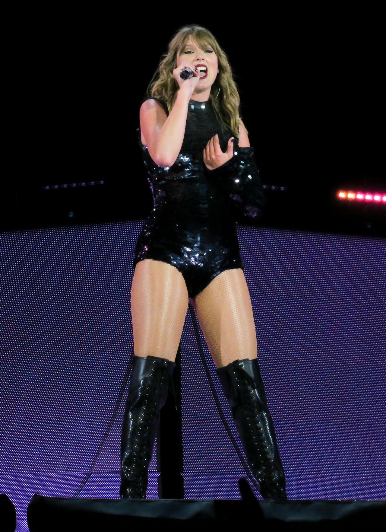 Taylor Swift - Perform... Taylor Swift Reputation Stadium Tour
