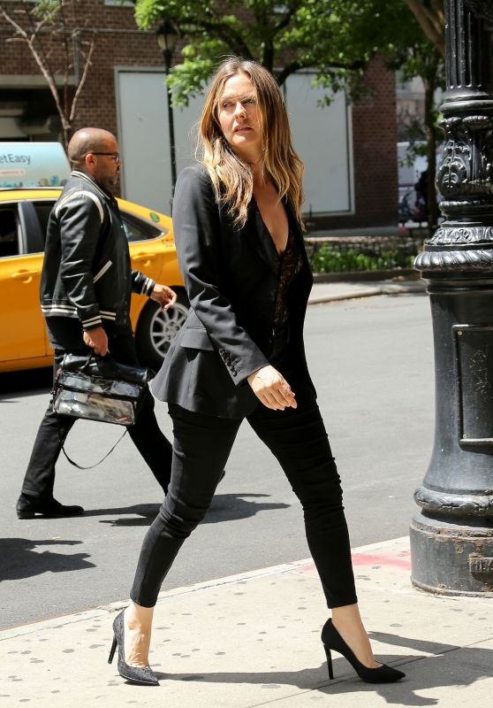 Alicia Silverstone Style - Arrives at Her Hotel in NY 06/11/2018