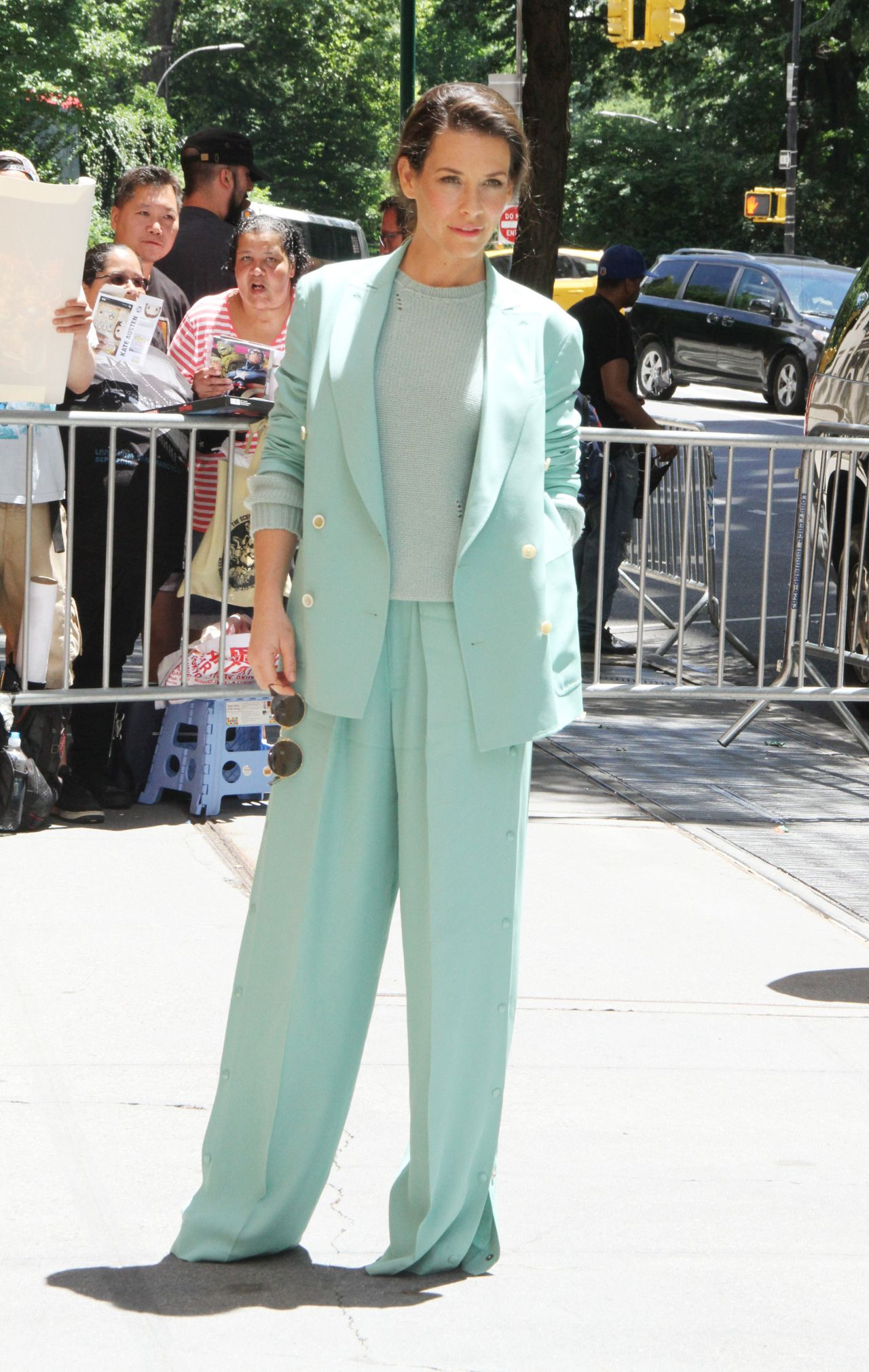 https://celebmafia.com/wp-content/uploads/2018/06/evangeline-lilly-at-the-view-in-nyc-06-21-2018-9.jpg
