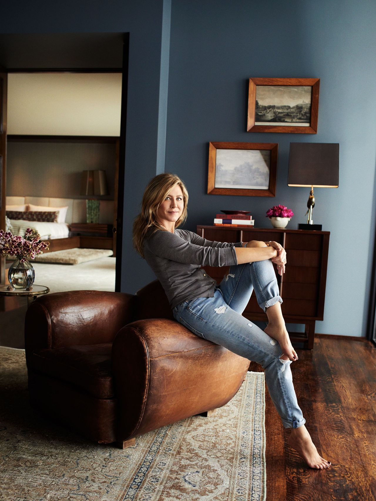 Jennifer Aniston stunning in Architectural Digest's photos. Very sexy celebrity feet :)