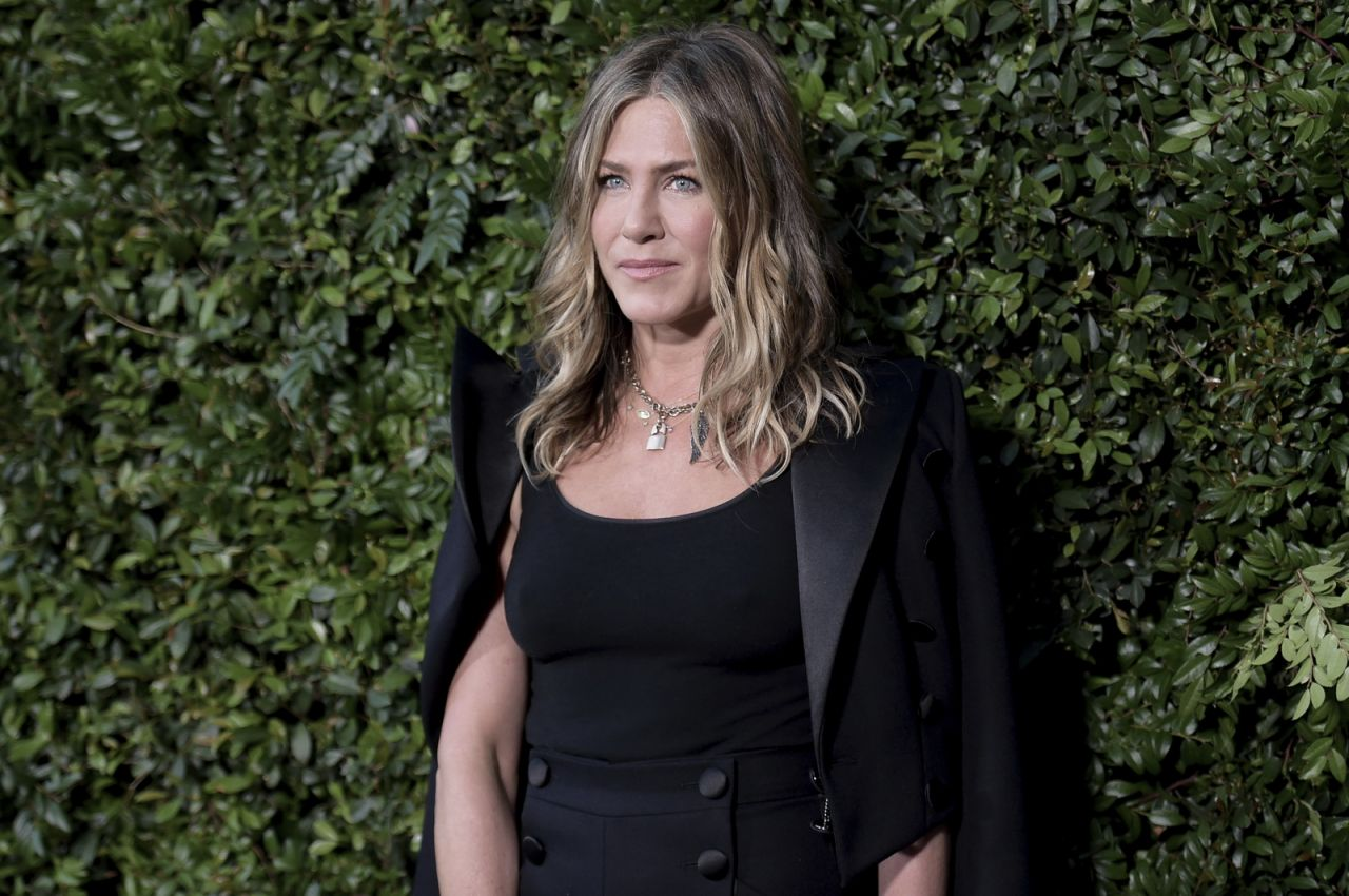 http://celebmafia.com/wp-content/uploads/2018/06/jennifer-aniston-chanel-dinner-celebrating-our-majestic-oceans-in-malibu-7.jpg