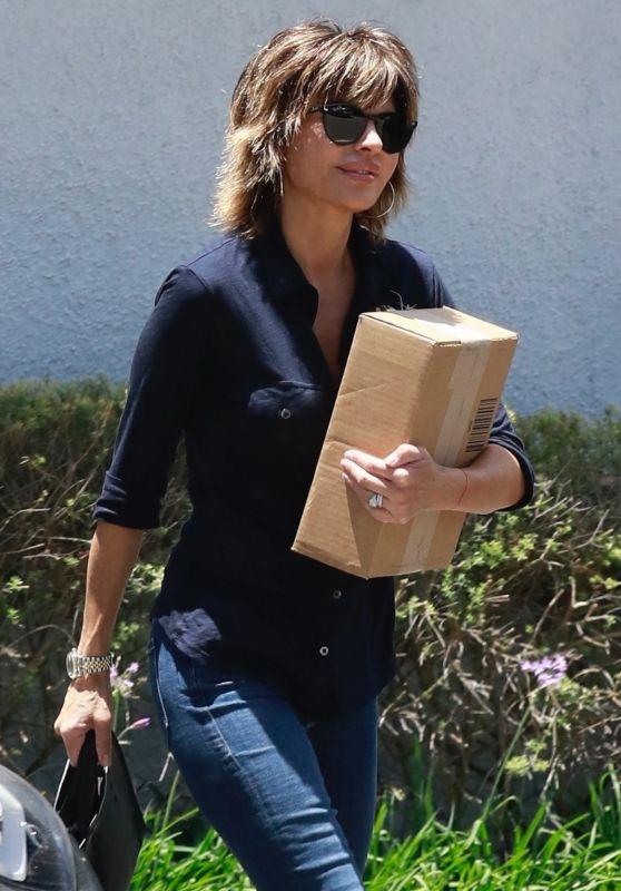 Lisa Rinna - Handling a Package in LA 06/15/2018