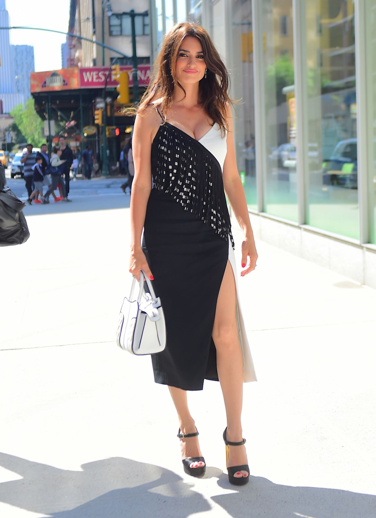http://celebmafia.com/wp-content/uploads/2018/06/penelope-cruz-sag-aftra-foundation-in-nyc-06-04-2018-12.jpg