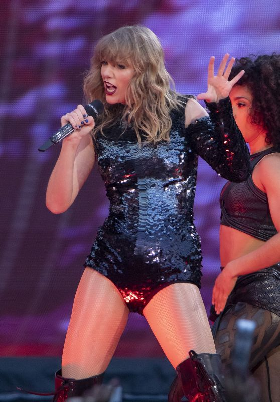 """Taylor Swift -  Performming on Her """"Reputation World Tour"""" in Manchester"""