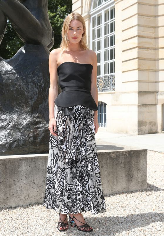 Camille Rowe – Christian Dior Show in Paris 07/02/2018
