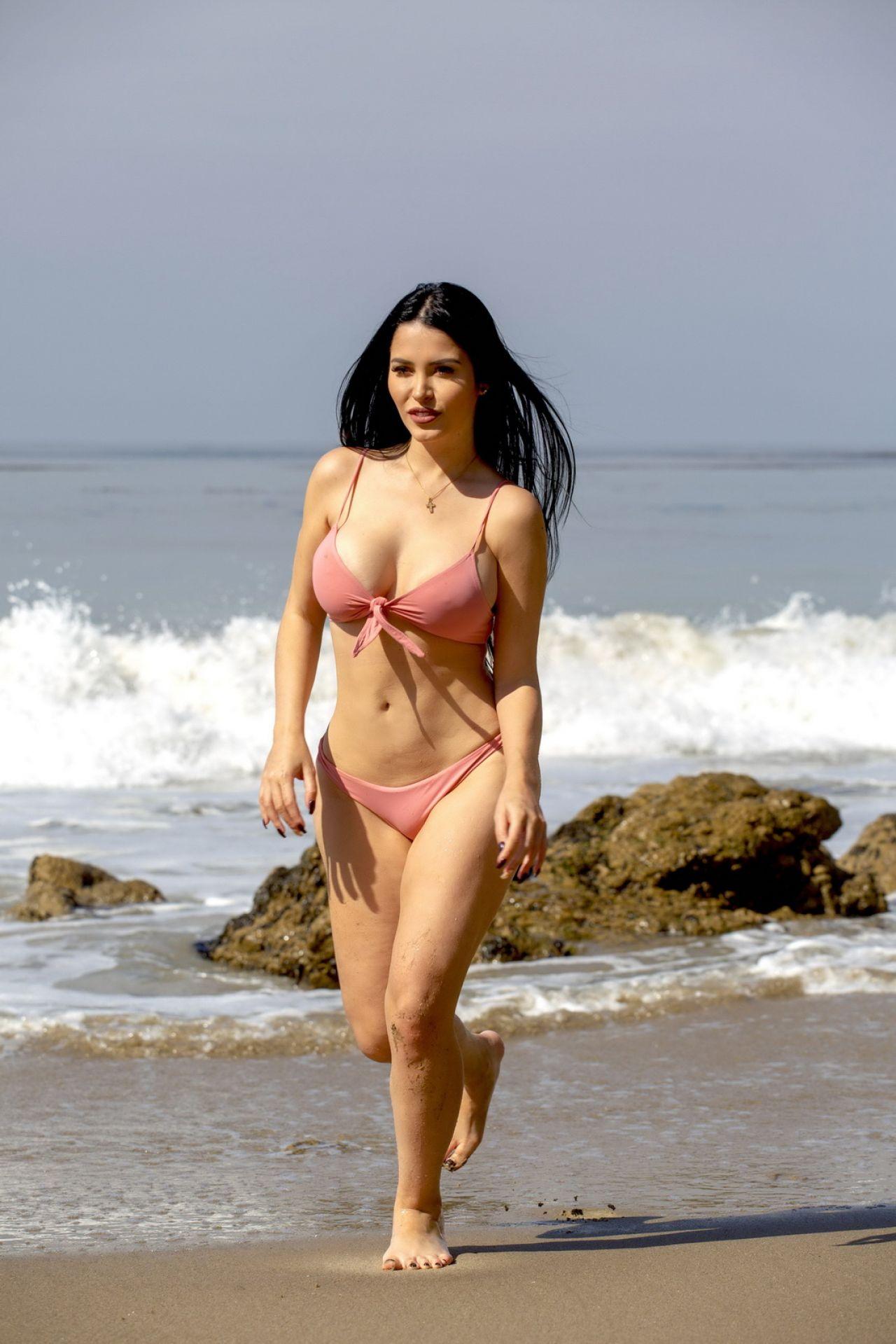 19dc843861619 Claudia Alende in Bikini on the Beach in LA