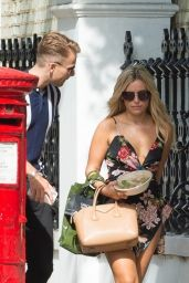 Ellie Brown Eats Lunch On the Go in London