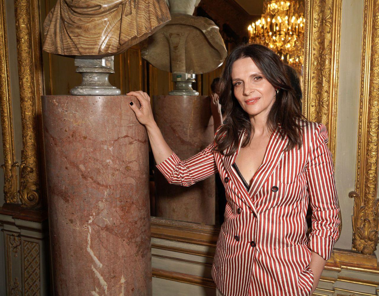 https://celebmafia.com/wp-content/uploads/2018/07/juliette-binoche-giorgio-armani-prive-fashion-show-in-paris-07-03-2018-1.jpg