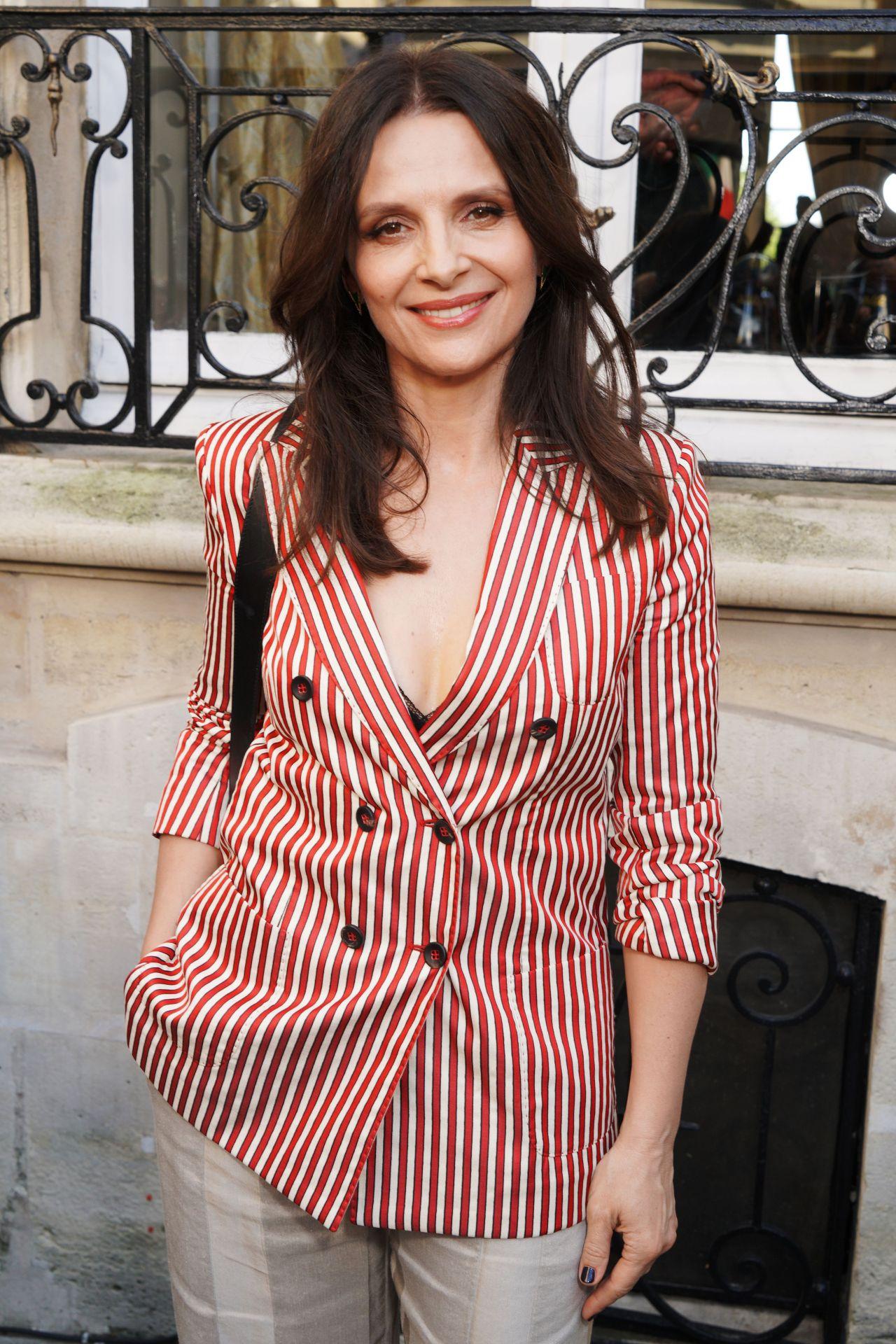 https://celebmafia.com/wp-content/uploads/2018/07/juliette-binoche-giorgio-armani-prive-fashion-show-in-paris-07-03-2018-6.jpg