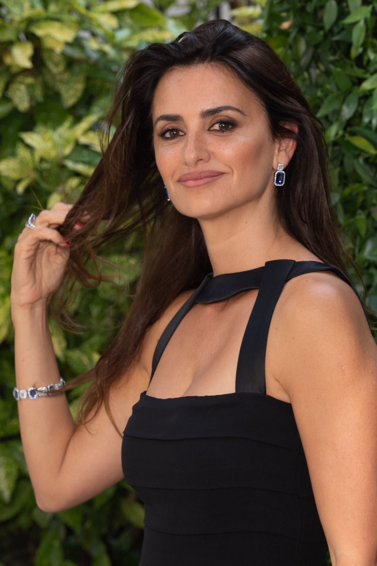 https://celebmafia.com/wp-content/uploads/2018/07/penelope-cruz-atelier-swarovski-cocktail-party-in-paris-07-02-2018-13.jpg