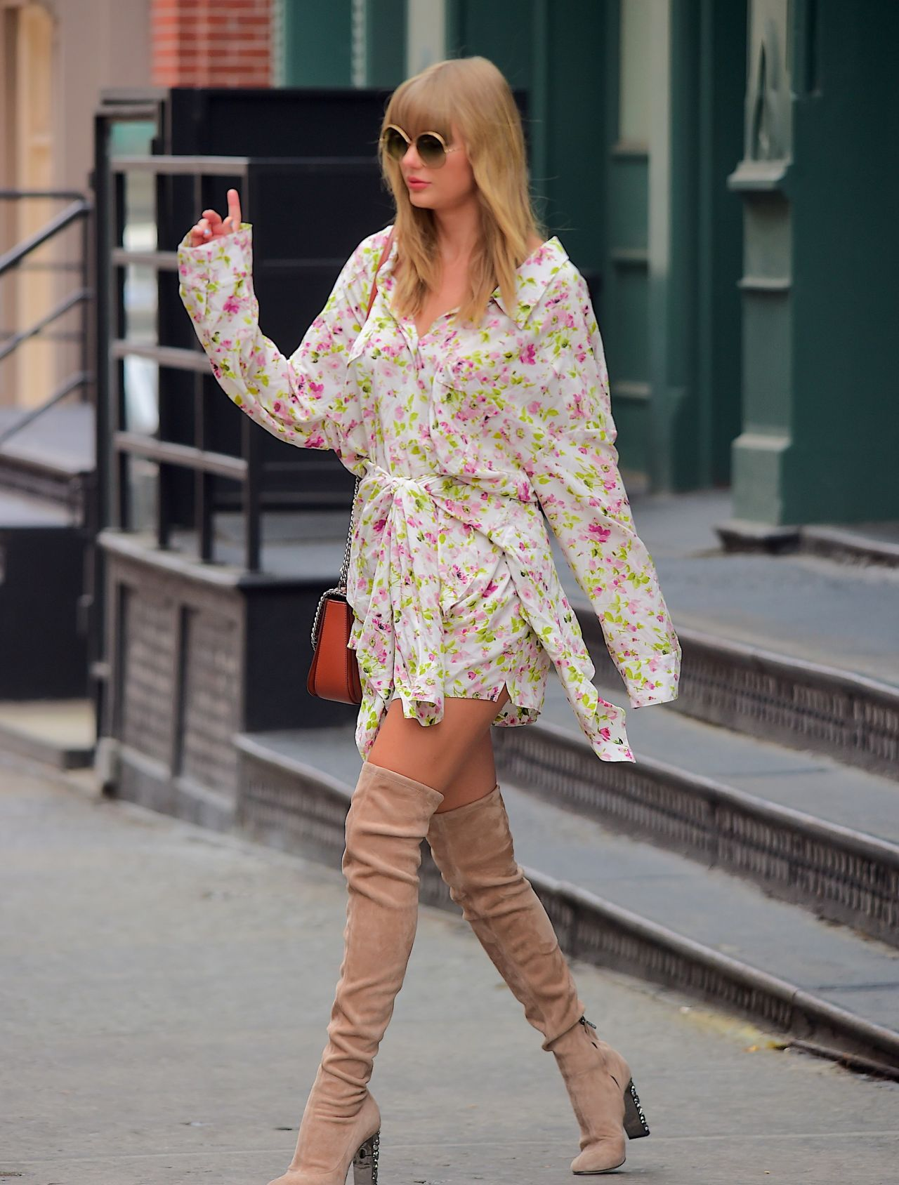 taylor swift in a floral dress and large sunglasses  15  2018