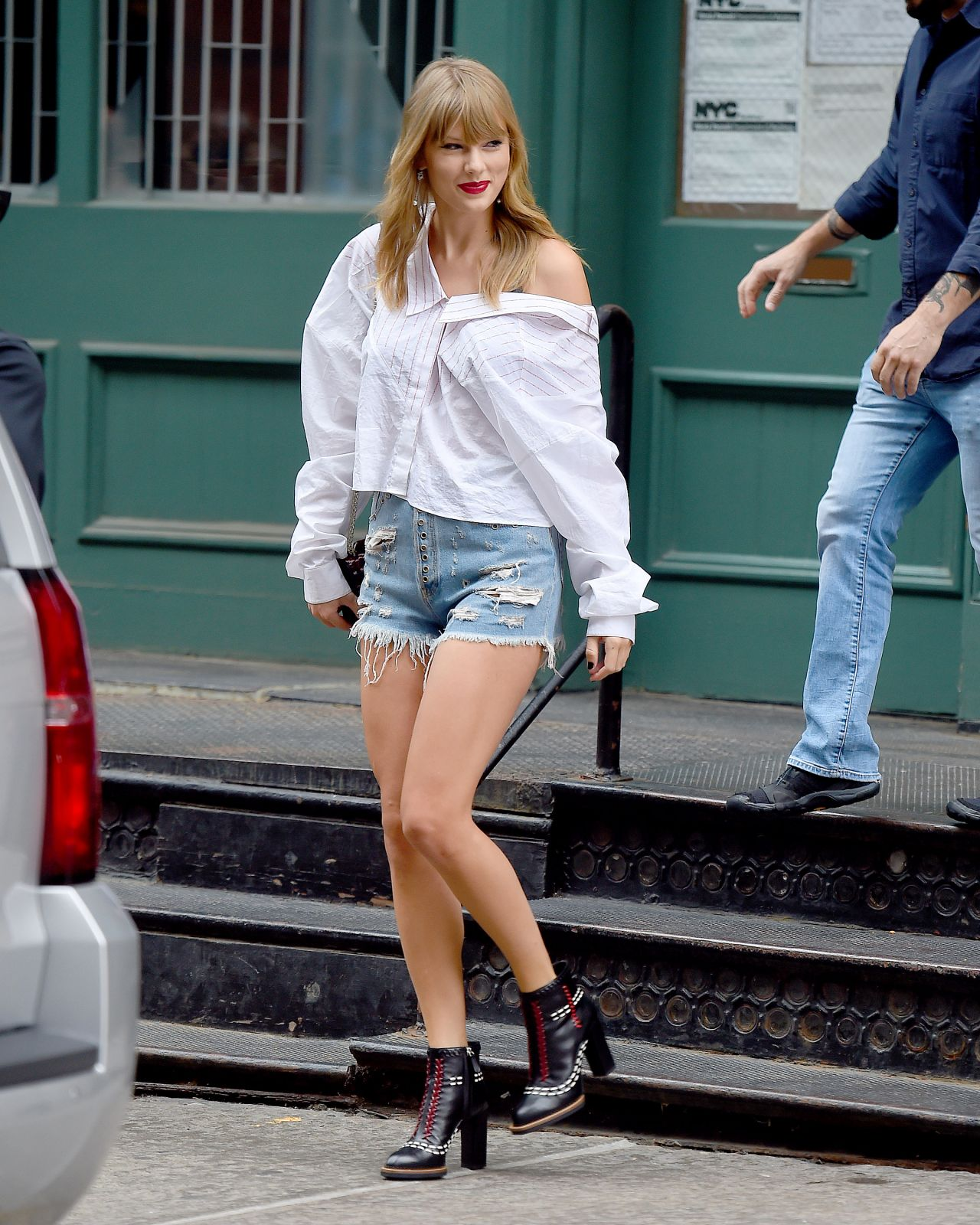 Taylor Swift Leggy In Jeans Shorts Leaves Her Apartment In Nyc 07 22 2018 Celebmafia