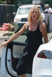 Goldie Hawn - Visits Her Son Oliver Hudson in Brentwood 08/04/2018
