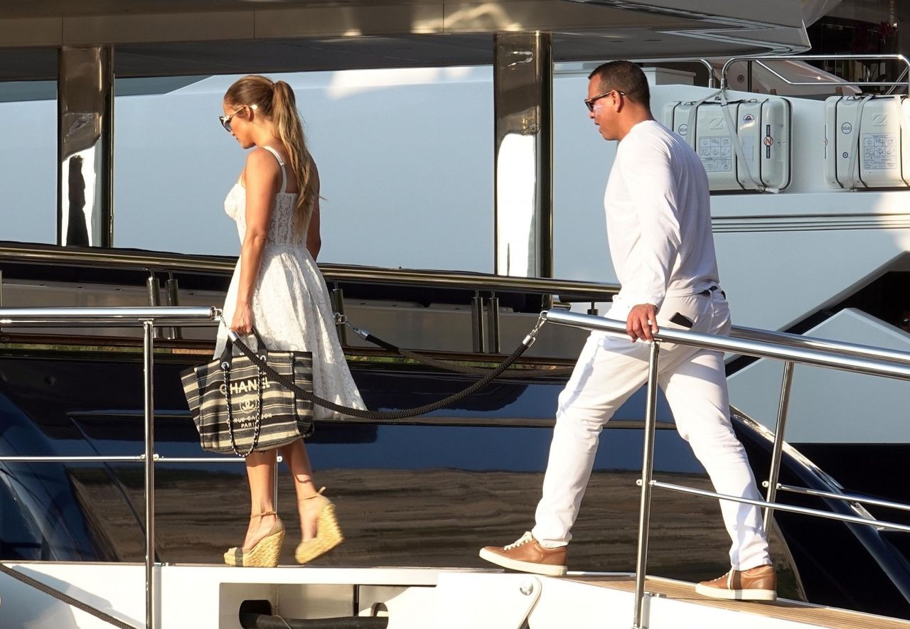 jennifer-lopez-and-alex-rodriguez-on-their-luxury-yacht-in-capri-08-07-2018-10.jpg