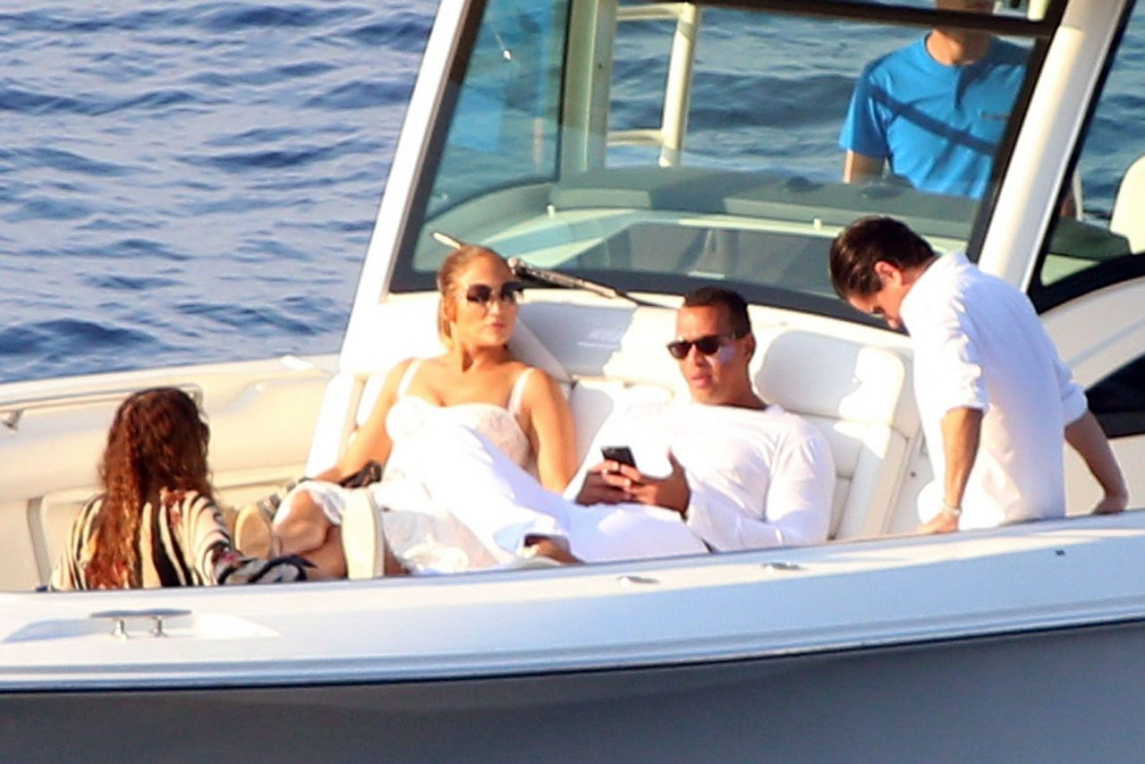 jennifer-lopez-and-alex-rodriguez-on-their-luxury-yacht-in-capri-08-07-2018-5.jpg