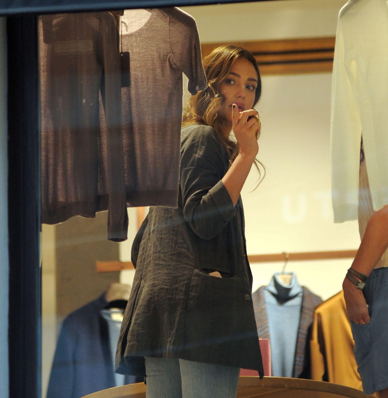 https://celebmafia.com/wp-content/uploads/2018/08/jessica-alba-shopping-in-milan-08-29-2018-1.jpg