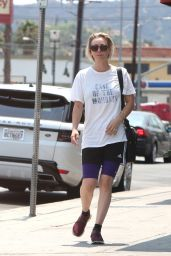 Kaley Cuoco Heads to Sharky