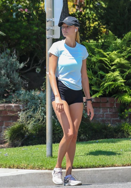 Kelly Rohrbach - Jog Around Her Neighborhood in LA 08/14/2018