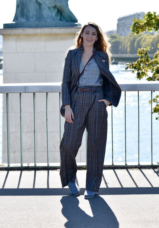 Blake Lively at the Statue of Liberty, Pont de Grenelle in Paris 09/25/2018