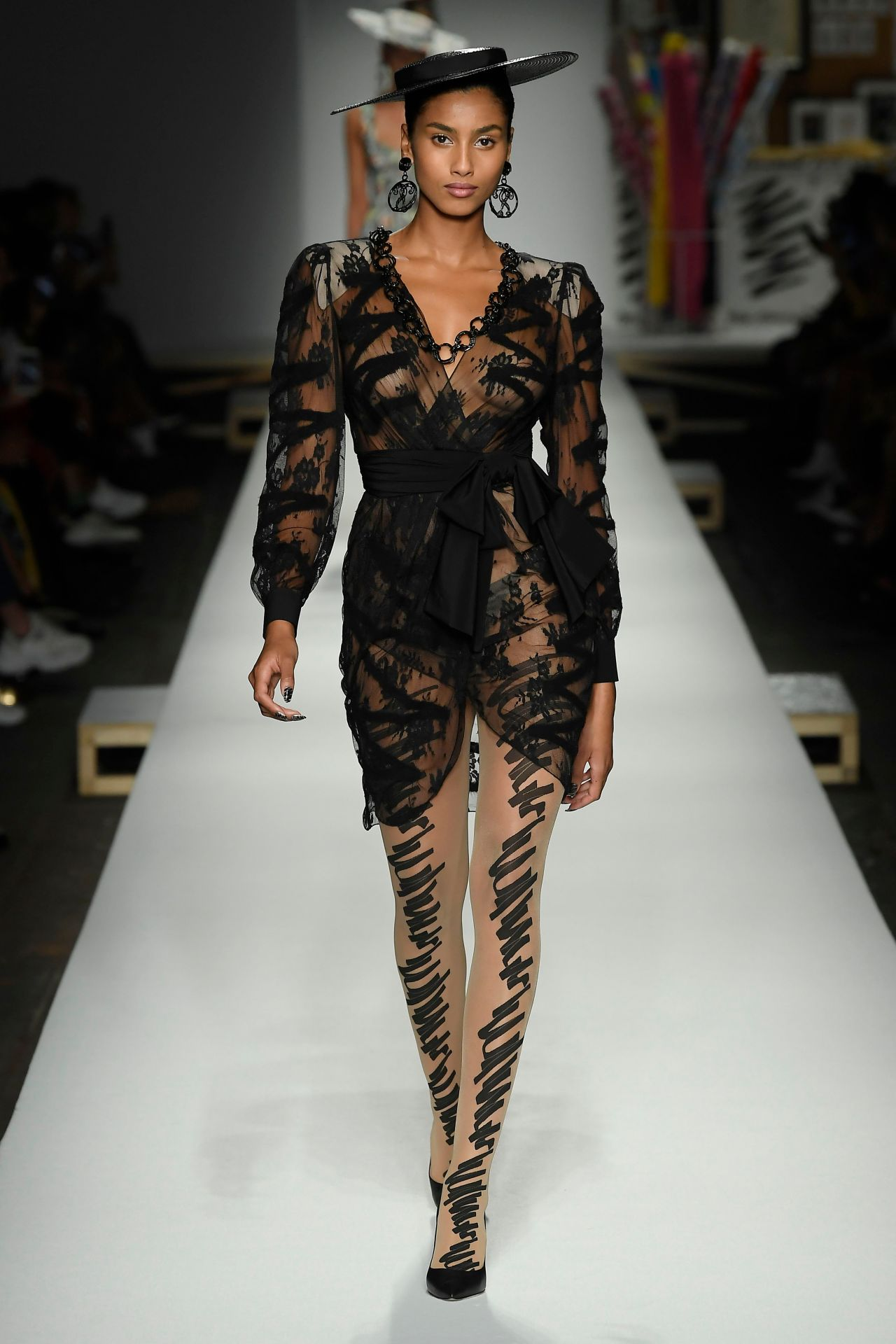 week milan moschino runway bruna cindy walks celebskart