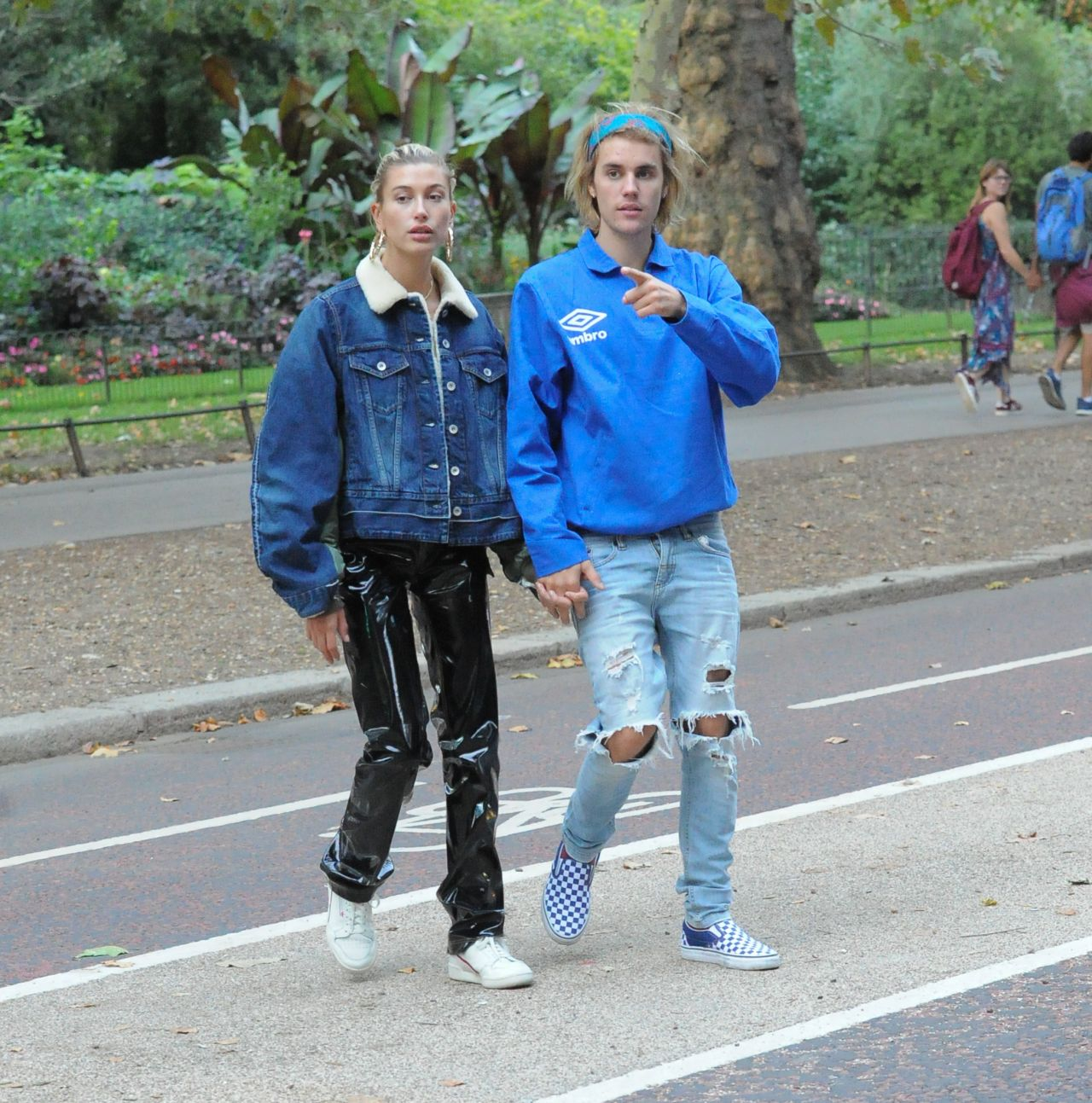 ¿Cuánto mide Justin Bieber? - Altura: 1,73 - Real height - Página 4 Hailey-baldwin-and-justin-bieber-in-london-09-17-2018-11