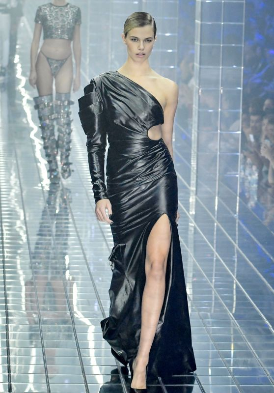 Hailey Clauson Walks Philipp Plein Show, Milan Fashion Week 09/21/2018