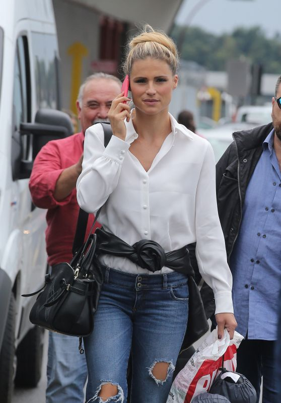 Michelle Hunziker Style - Airport in Milano 08/31/2018