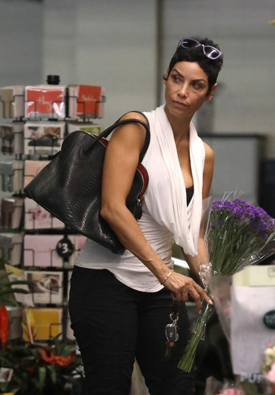 Nicole Murphy - Flower Shopping in Beverly Hills 10/19/2018