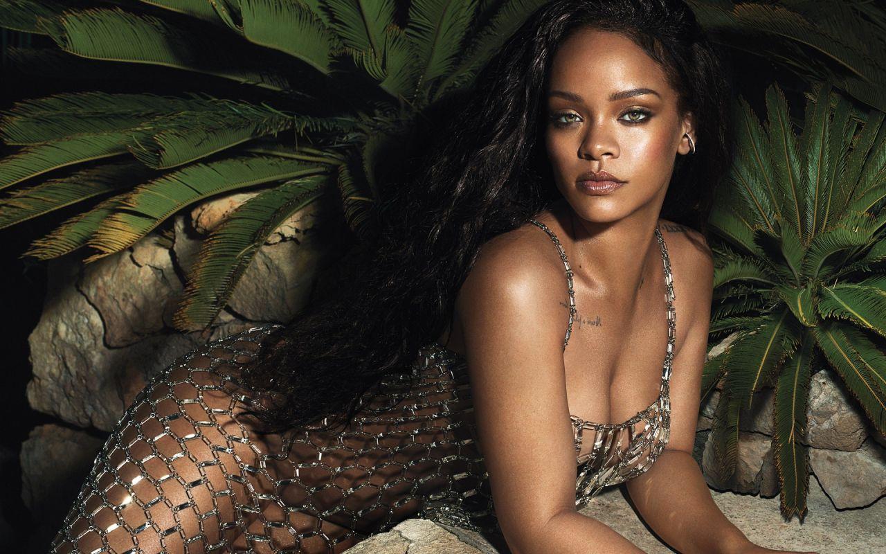 Rihanna Latest Photos - CelebMafia