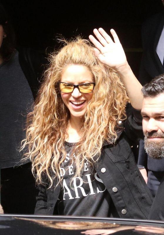 Shakira Waves to Fans - Argentina 10/27/2018