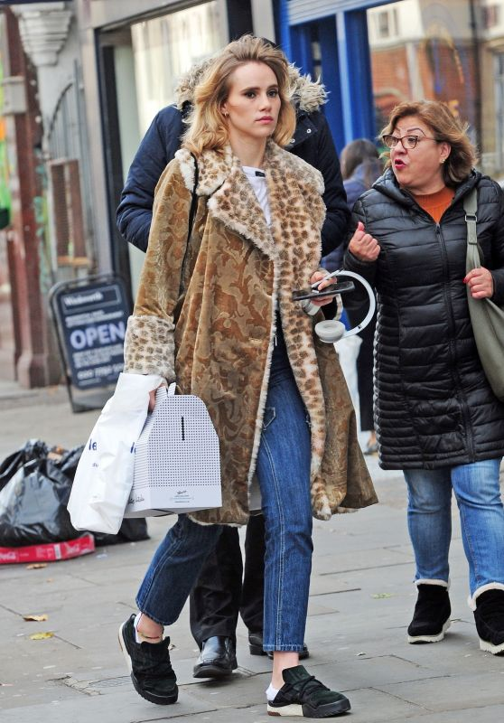 Suki Waterhouse Shopping in Notting Hill 10/23/2018