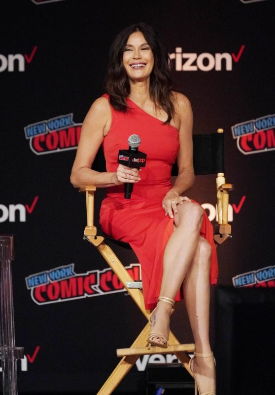 """Teri Hatcher - Panel Event for """"Lois and Clark"""" at the 2018 NYCC"""